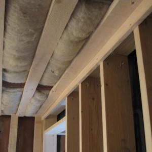 Ökologischer Umbau mit Holz, Lehm, Wolle, Hanfwolle und anderen natürlichen Dämmstoffen. Innenausbau und Parkett, Holzschalungen.